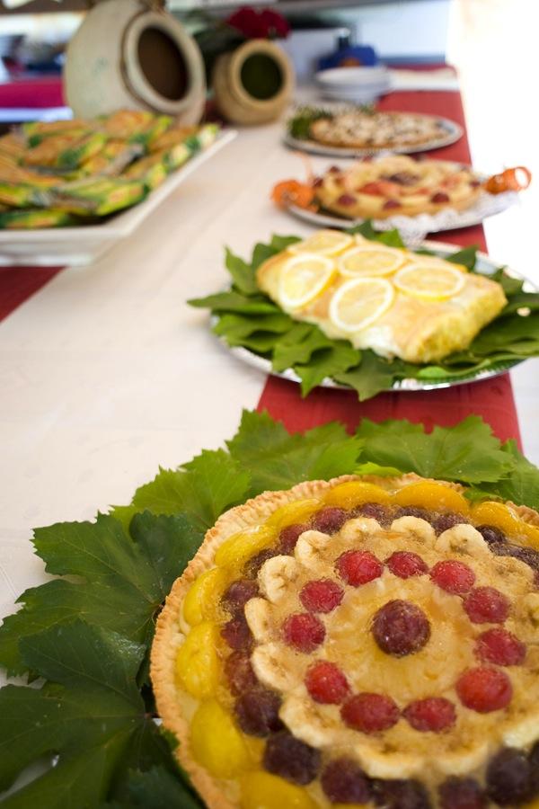 La colazione al B&B Nilosira, una torta al limone e torte alla frutta. I colori e profumi del Salento