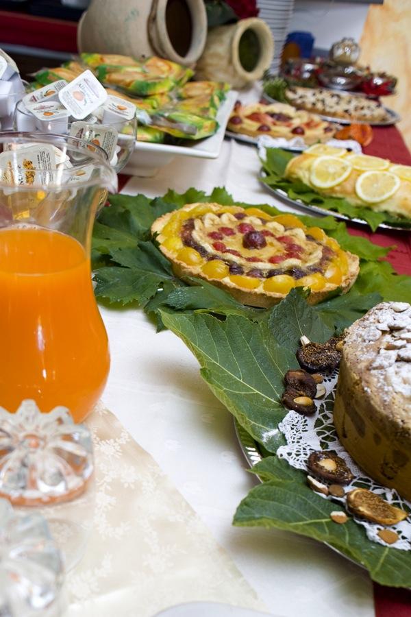 dsc_4929Dieta sana al NiloSira. La colazione al B&B Nilosira è preparata giornalmente dallo chef. Ogni mattina il vostro risveglio sarà accompagnato da torte fresche fatte in casa, dolci al cucchiaio, biscotti, yogurt, succhi, oltre che alle confetture e frutta fresca del Salento.